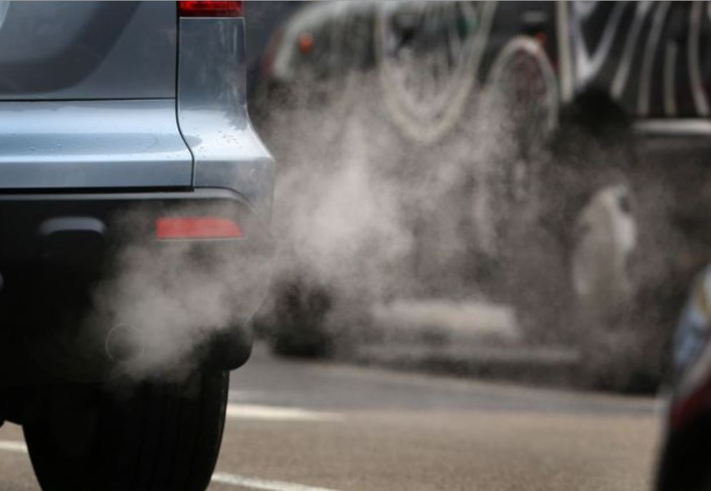 سيارة ينبعص منها دخان كثيف